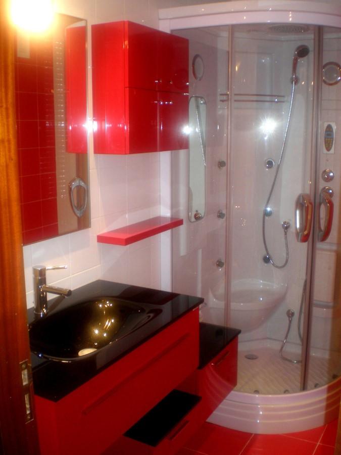 Baño Encimera Negra Armarios Rosso y Ducha Cabina