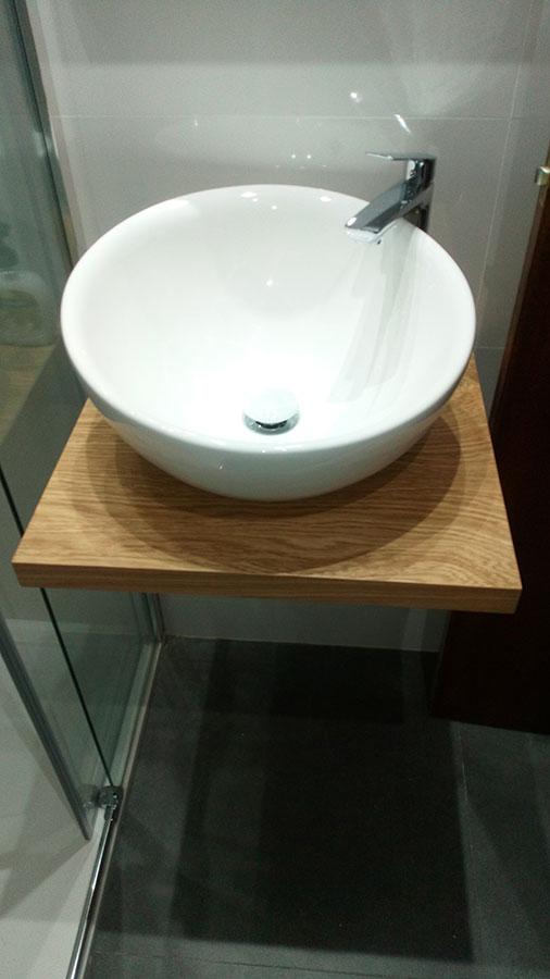 Encimera madera roble volada con lavabo sobreencima
